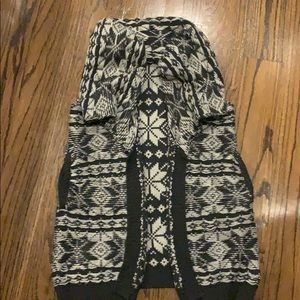 Beautiful knit sweater vest with big collar
